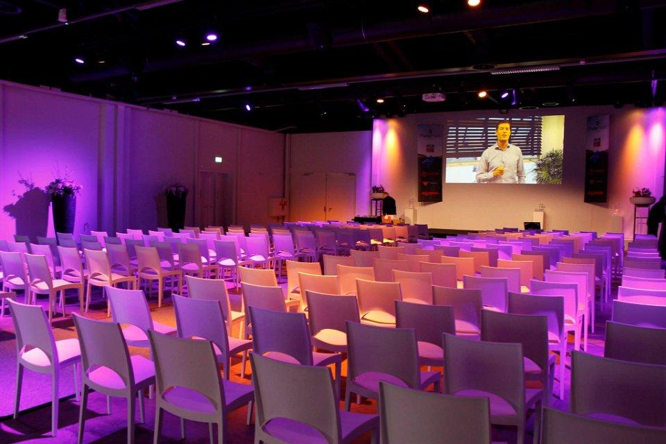 Verhuur witte design stoelen voor presentatie'