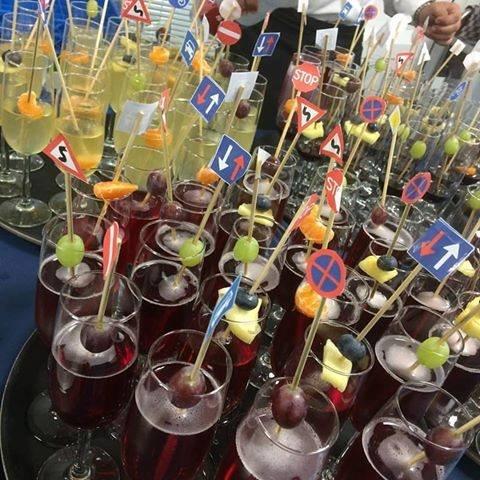champagneglas met verkeersbord