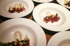 Steak tartare makreelcreme brioche zoetzuur kwarteldooier