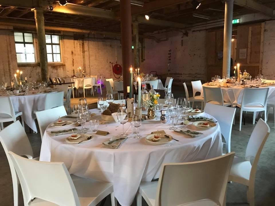 Diner met witte design stoelen