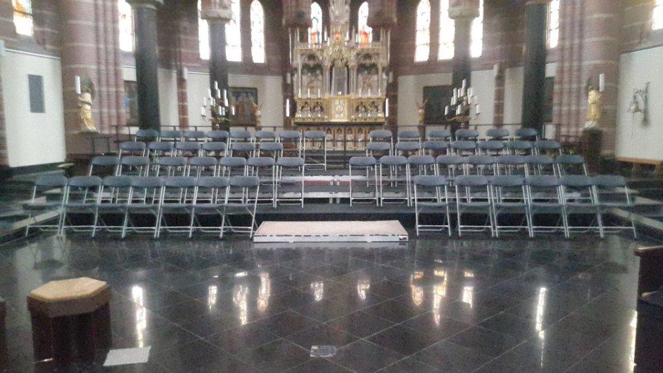 Kerk ingedeeld met podium en klapstoelen