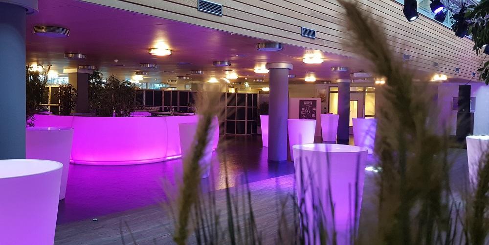 verlichte bar met verlichte statafels