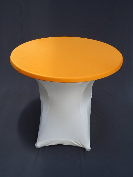 Terrastafel met witte strechhoes en oranje topcover