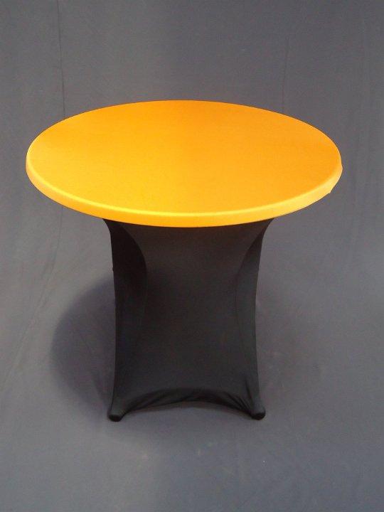 Terrastafel met zwarte strechhoes en oranjetopcover