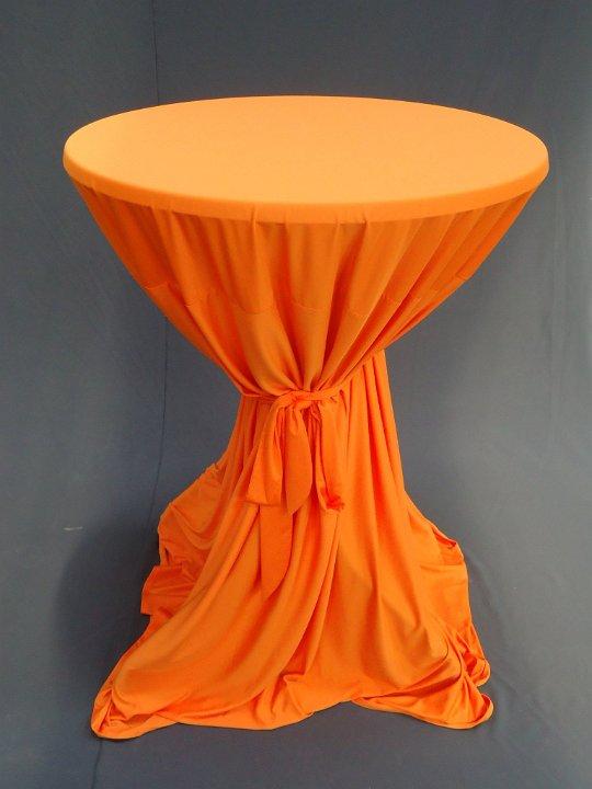statafel met oranje rok met strik