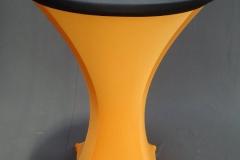Statafel met oranje strechhoes en zwarte topcover