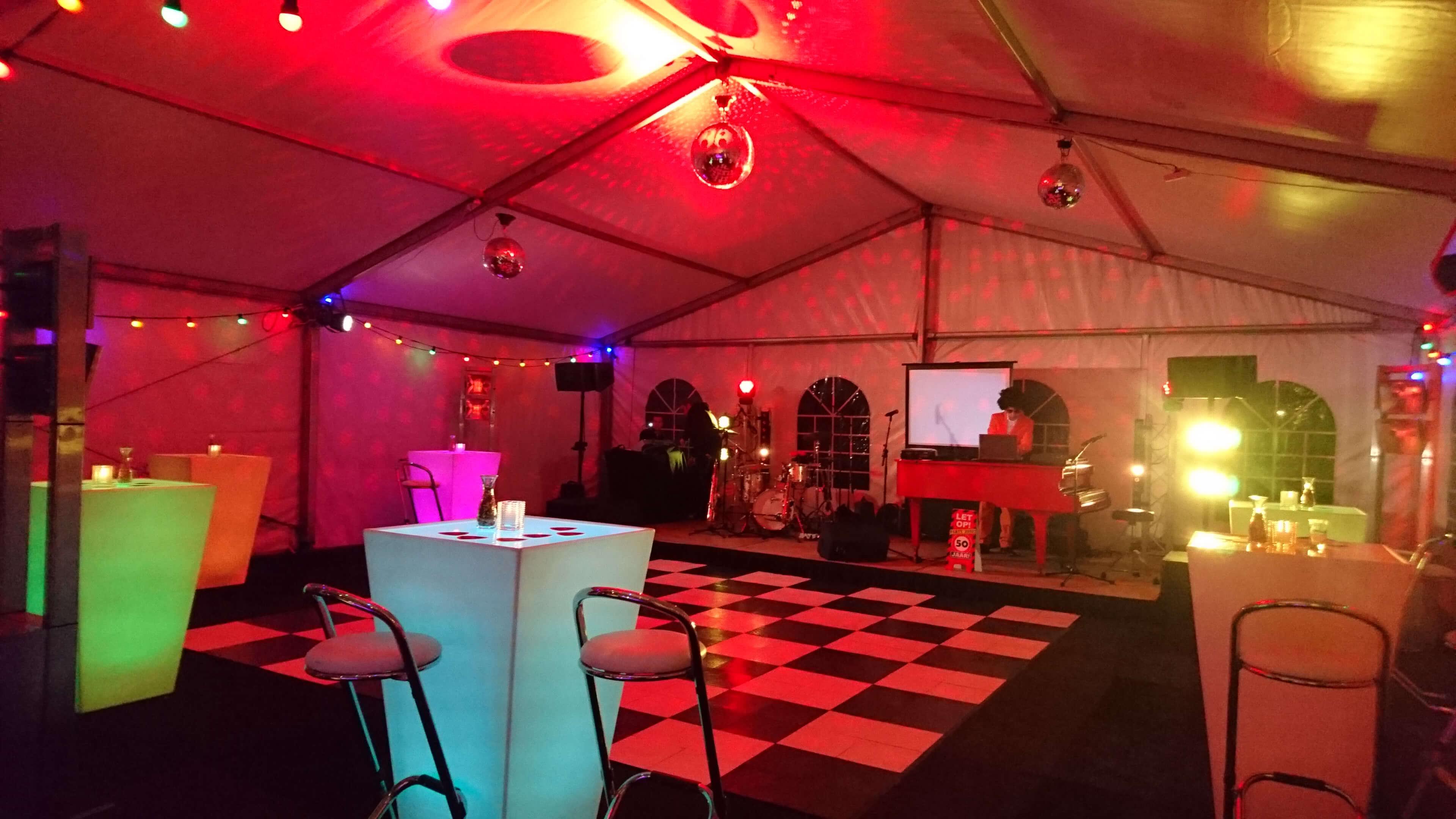 Tentfeest met verlichte dansvloer