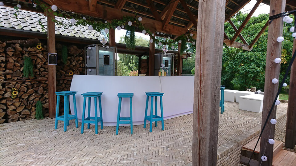 Tuinfeest met twee koelkasten en een bar