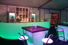 Verlicht meubilair in tent