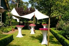 Stretchtent en statafels voor een tuinfeest