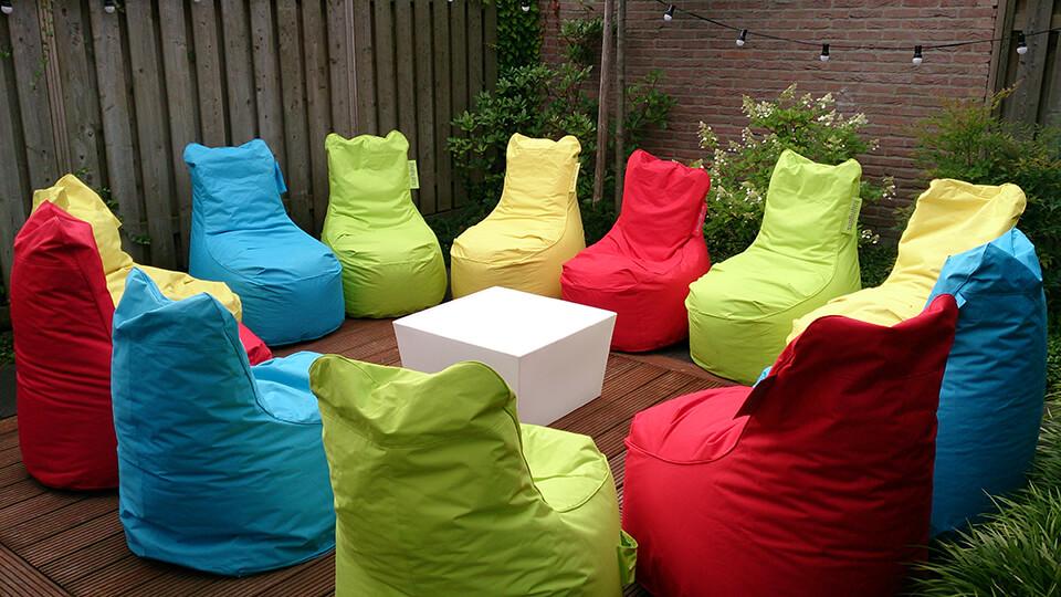 Gekleurde zitzakken tijdens tuinfeest