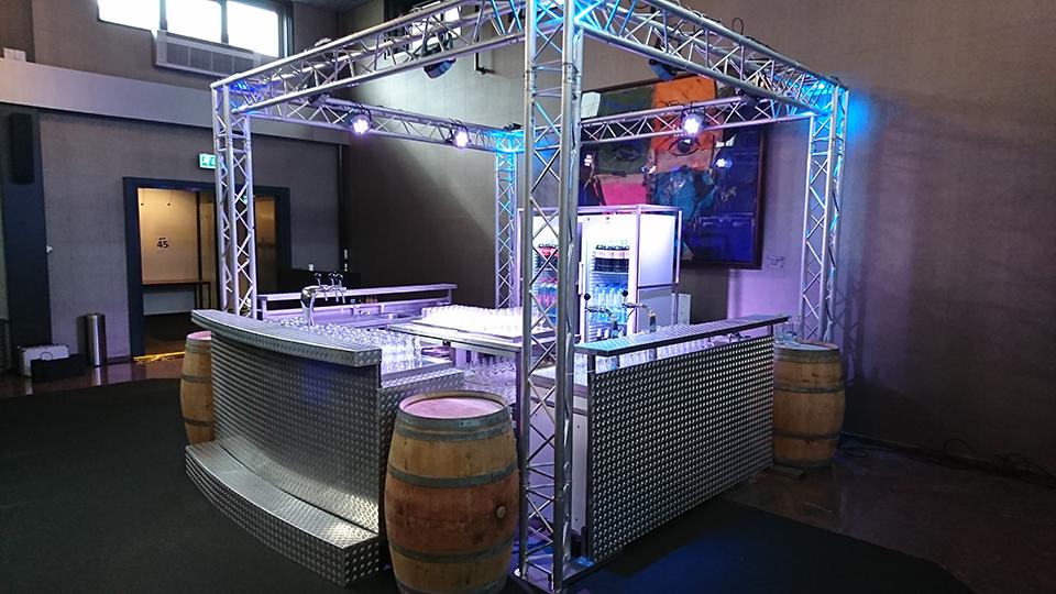 Luxe design bar op bedrijfsfeest met licht en geluid