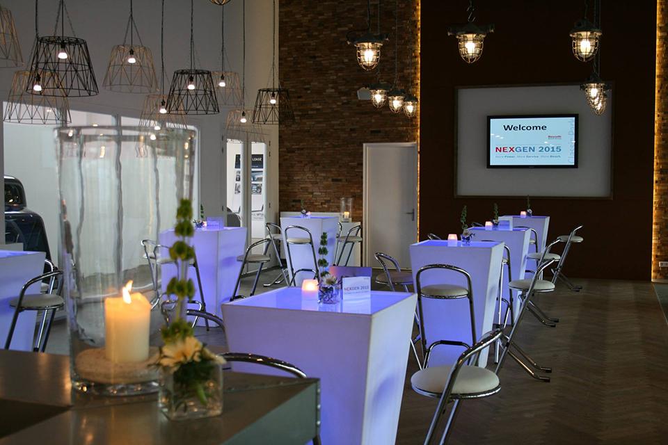 Luxe verlichte statafels tijdens business meeting huren