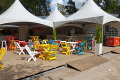 Verhuur gekleurd houten  meubilair en tenten voor tuinfeest golfevent