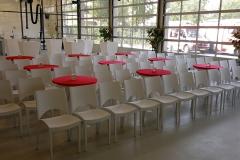 Verhuur witte stoelen inclusief tafels in theateropstelling