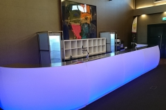 Lange verlichte bar inclusief koelkasten